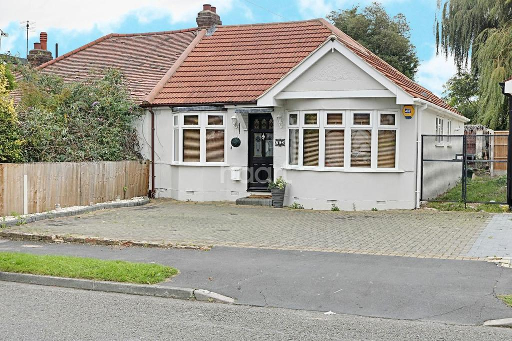 3 Bedrooms Bungalow for sale in Lawns Way, Collier Row, Romford