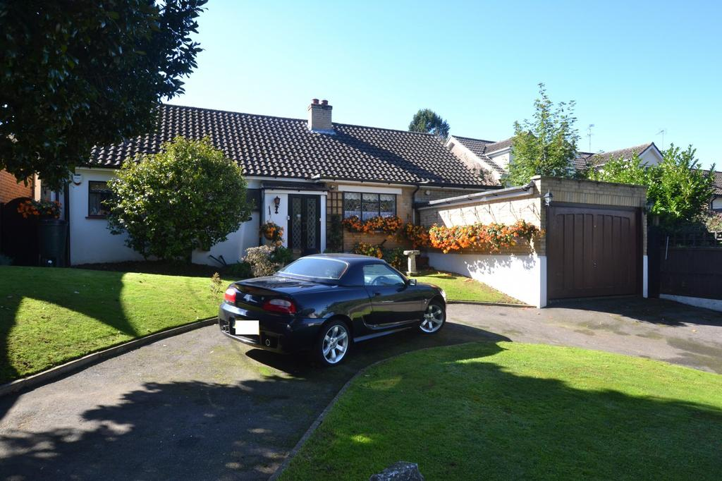 4 Bedrooms Chalet House for sale in Lake Avenue, Billericay, Essex, CM12