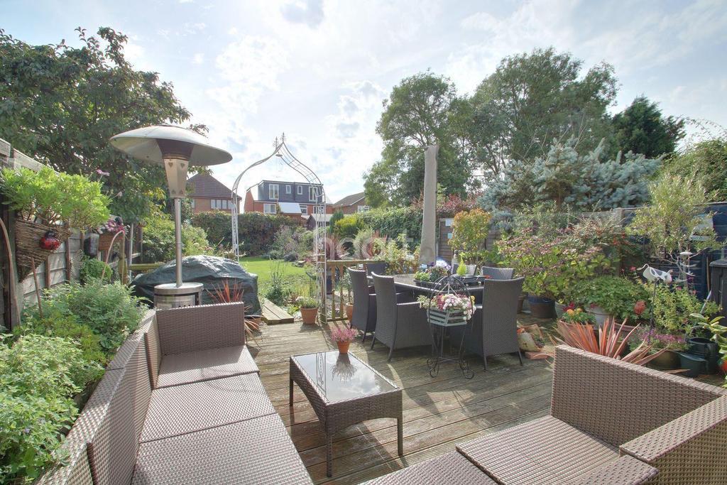 3 Bedrooms Semi Detached House for sale in Grasmere Avenue, Hullbridge