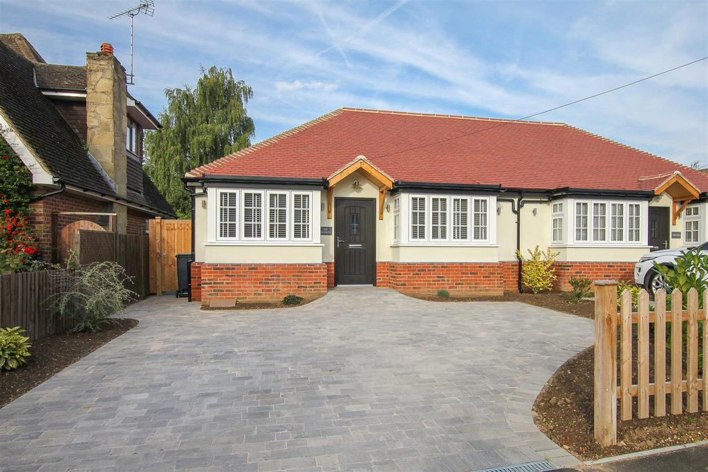 3 Bedrooms Semi Detached Bungalow for sale in Wyatts Green Lane, Wyatts Green, Brentwood