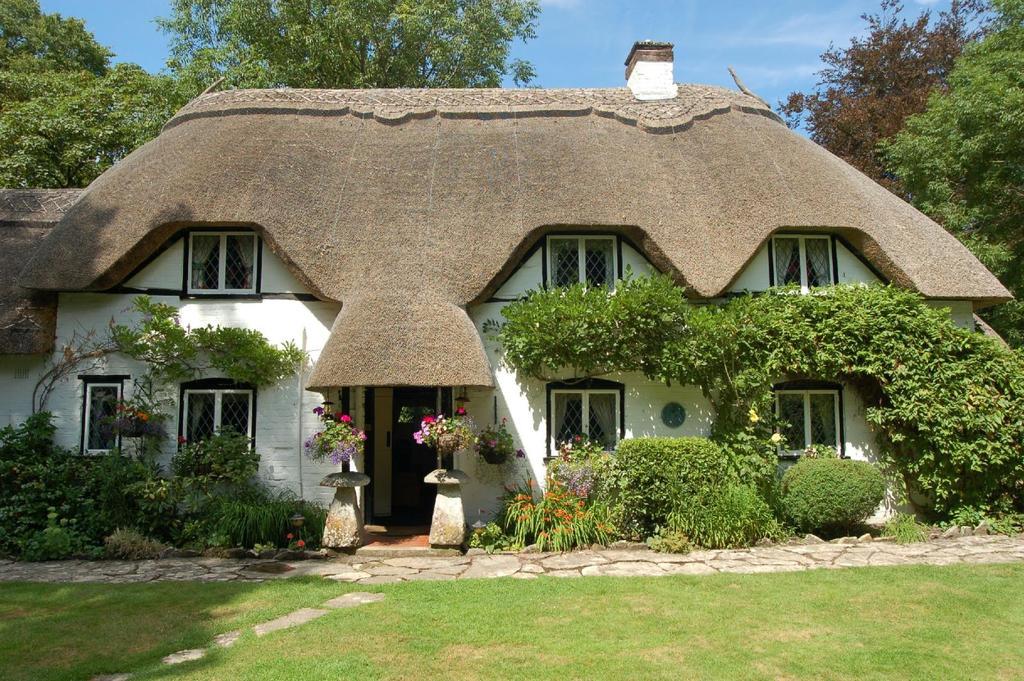 3 Bedrooms Detached House for sale in Salisbury Road, Ibsley, Ringwood, BH24