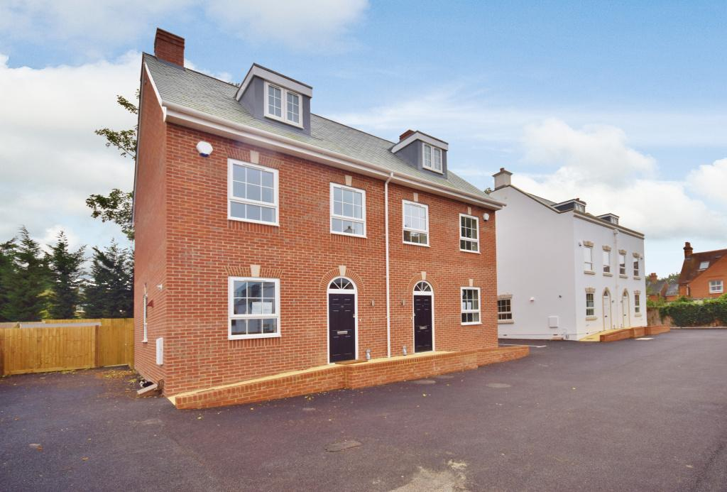 3 Bedrooms Town House for sale in Winchester Road, Basingstoke, RG21