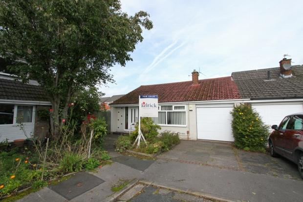 3 Bedrooms Semi Detached Bungalow for sale in Farndale Grove Ashton In Makerfield Wigan