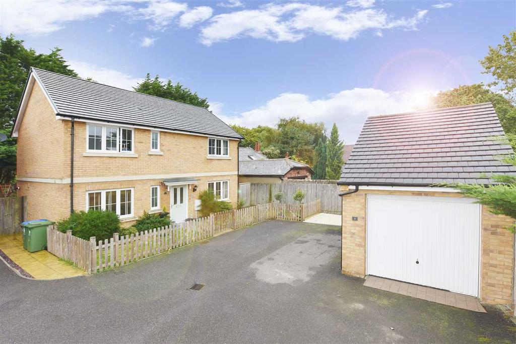 4 Bedrooms Detached House for sale in CAMINO COURT, TITCHFIELD COMMON