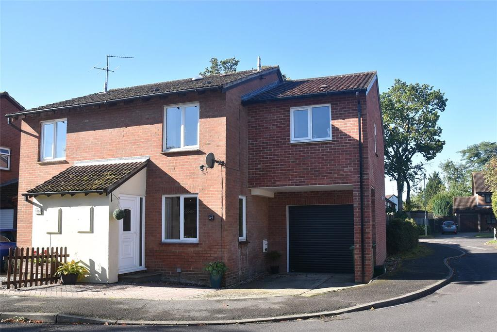 3 Bedrooms Semi Detached House for sale in Monkswood Crescent, Tadley, Hampshire, RG26