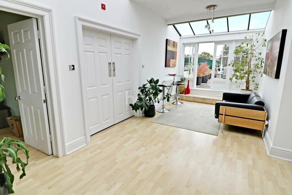 3 Bedrooms Flat for sale in Long Fox Manor, Brislington, Bristol