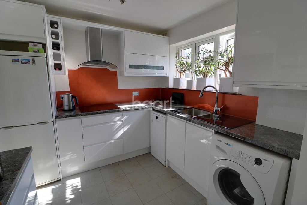 2 Bedrooms Flat for sale in Heaths Close, Enfield, EN1