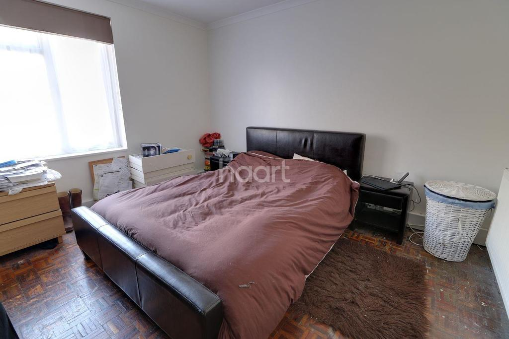 2 Bedrooms Flat for sale in Heaths Close, Enfield, EN1