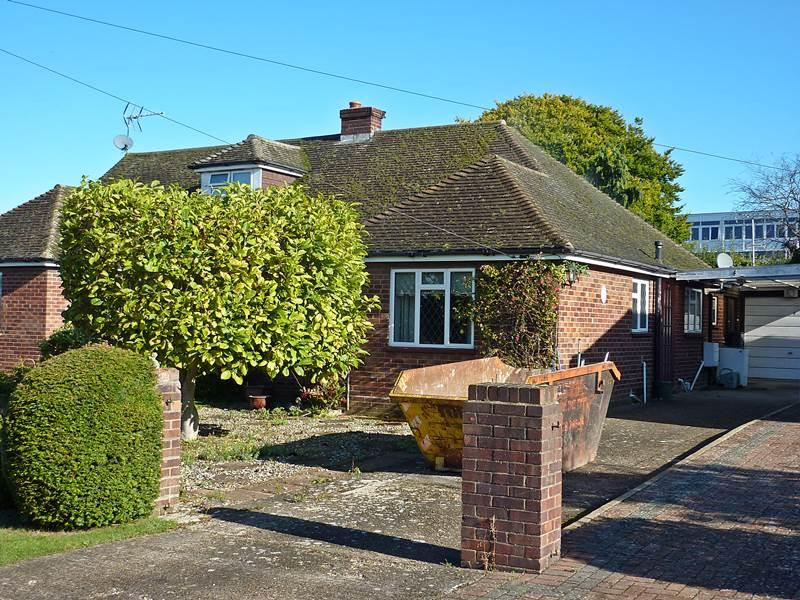 2 Bedrooms Bungalow for sale in BOURNE END