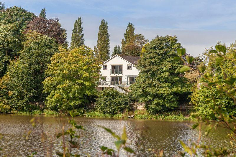 5 Bedrooms Detached House for sale in Stunning lakeside house in Lymm