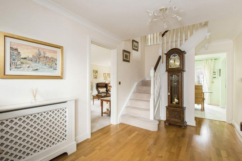 5 Bedrooms Detached House for sale in Farnell Drive, Stratford-Upon-Avon