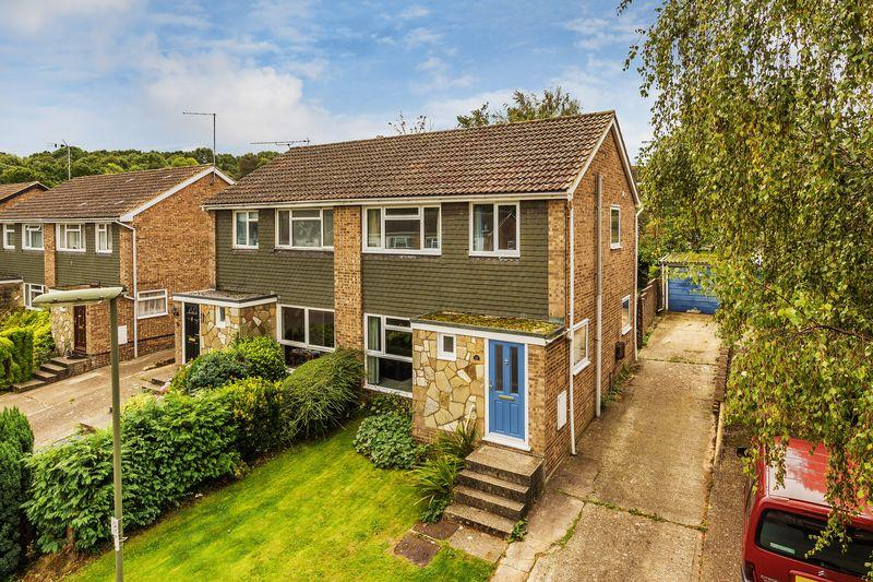 3 Bedrooms Semi Detached House for sale in Oakfields, Guildford