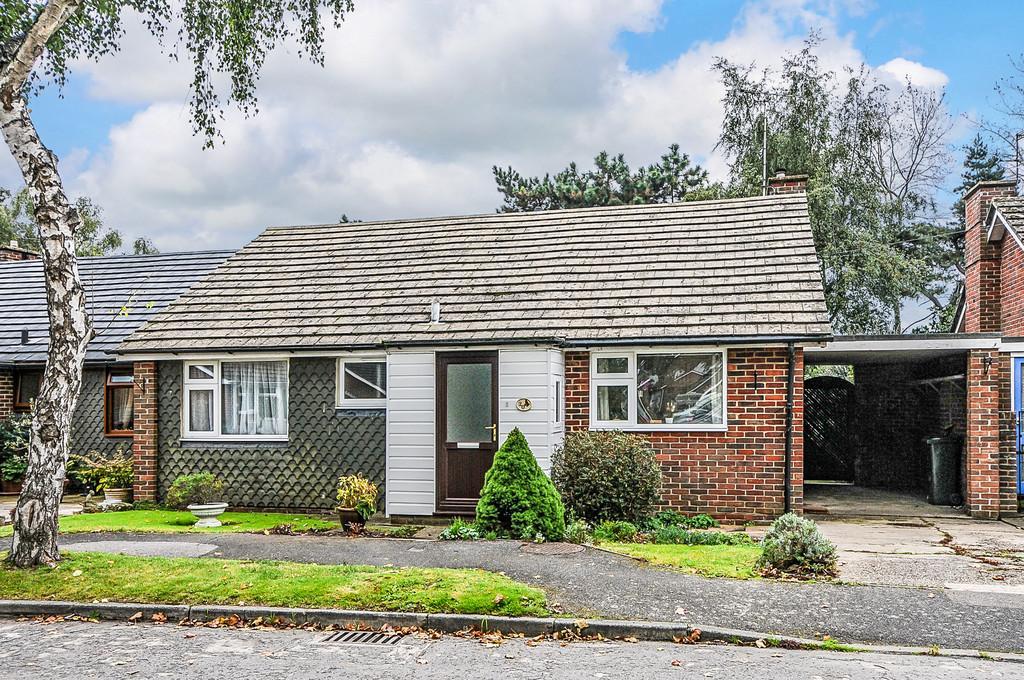 3 Bedrooms Semi Detached Bungalow for sale in Whyke Close, Chichester