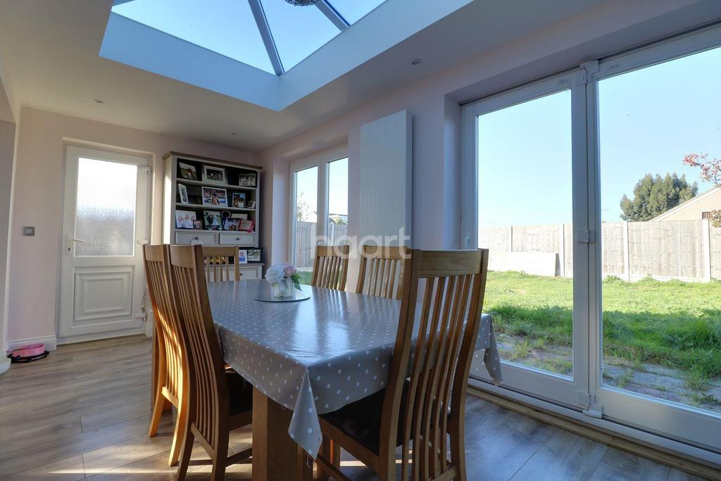 5 Bedrooms Semi Detached House for sale in Teignmouth Drive, Rayleigh