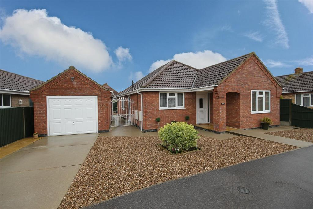 3 Bedrooms Detached Bungalow for sale in 7 Mew Gull Drive, Sutton-On-Sea, Mablethorpe