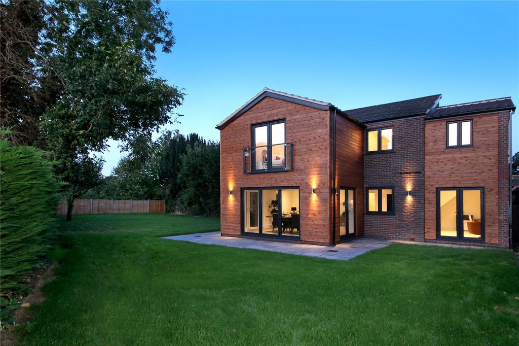 4 Bedrooms Detached House for sale in Giles Travers Close, Thorpe, Surrey