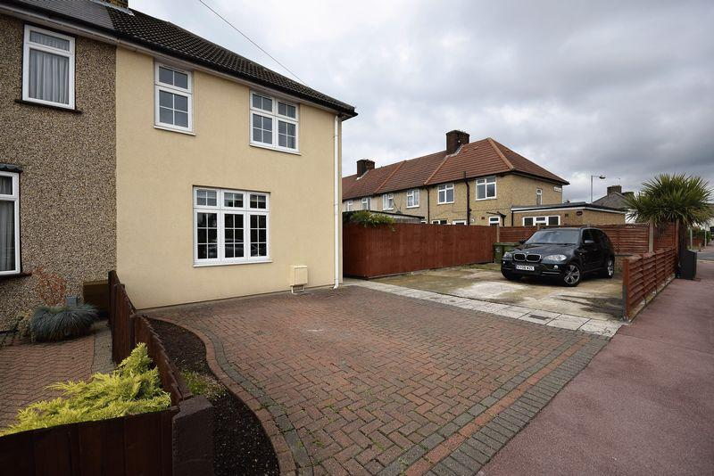 3 Bedrooms Semi Detached House for sale in Greenfield Road, Dagenham