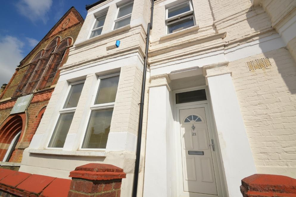 3 Bedrooms Terraced House for sale in Waverley Crescent, Plumstead SE18