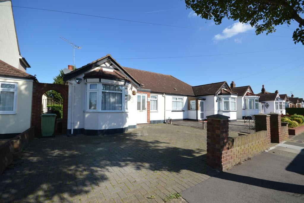 2 Bedrooms Semi Detached Bungalow for sale in Devonshire Road, Hornchurch, Essex, RM12
