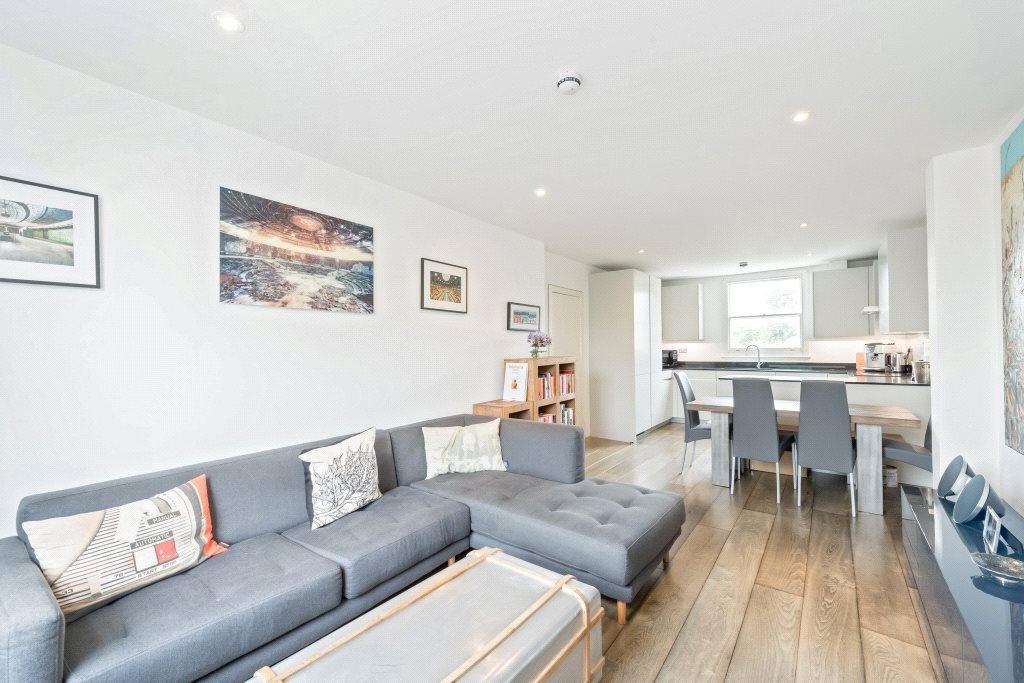 3 Bedrooms Flat for sale in Harwood Road, London