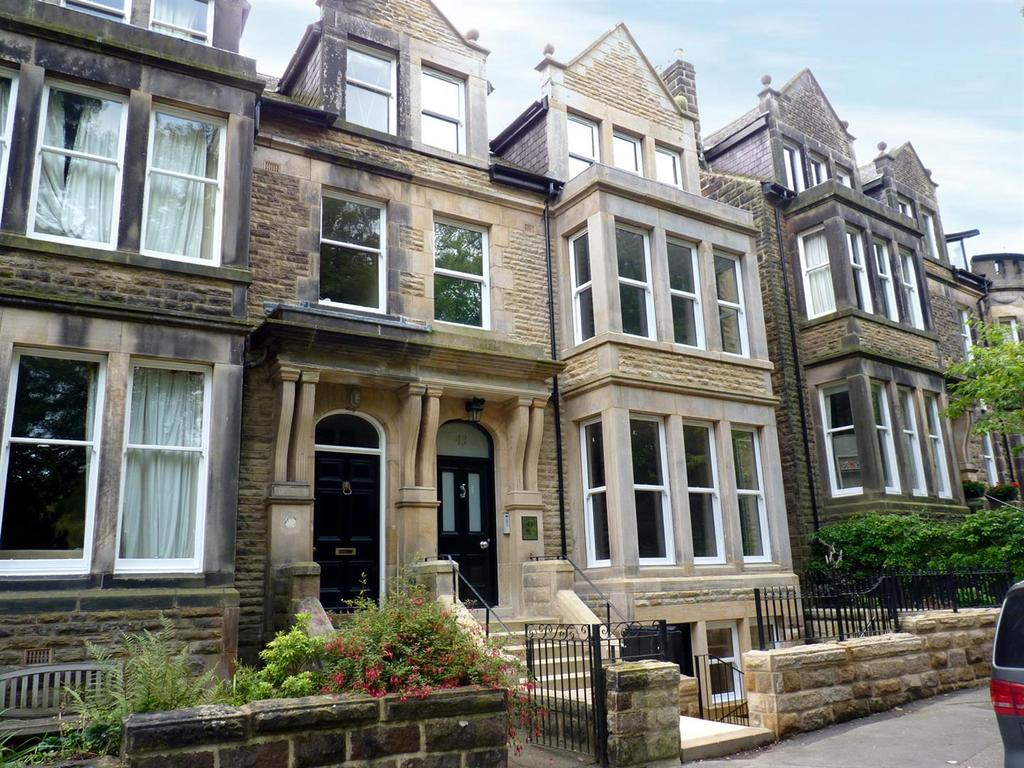 2 Bedrooms Flat for sale in Harlow Moor Drive, Harrogate