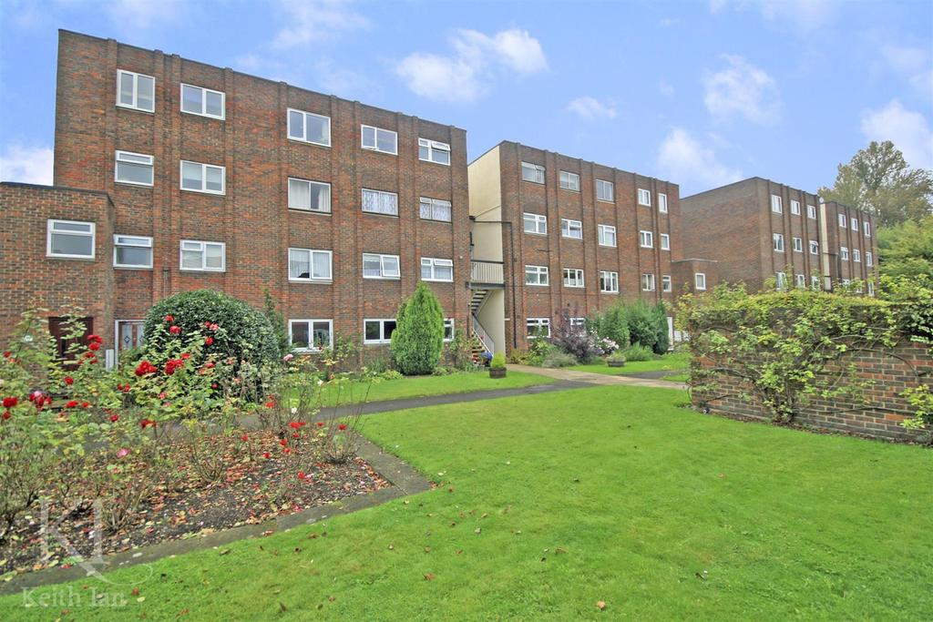 2 Bedrooms Apartment Flat for sale in Broadmeads, Ware - with Garage