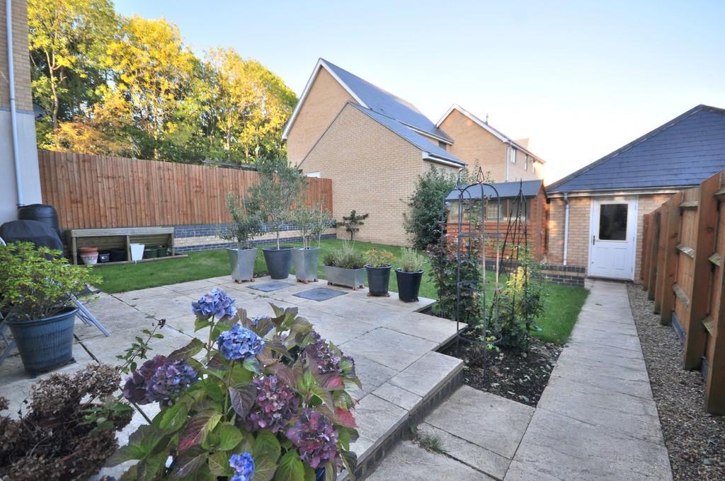 3 Bedrooms Semi Detached House for sale in Apprentice Drive, Colchester CO4 5SE