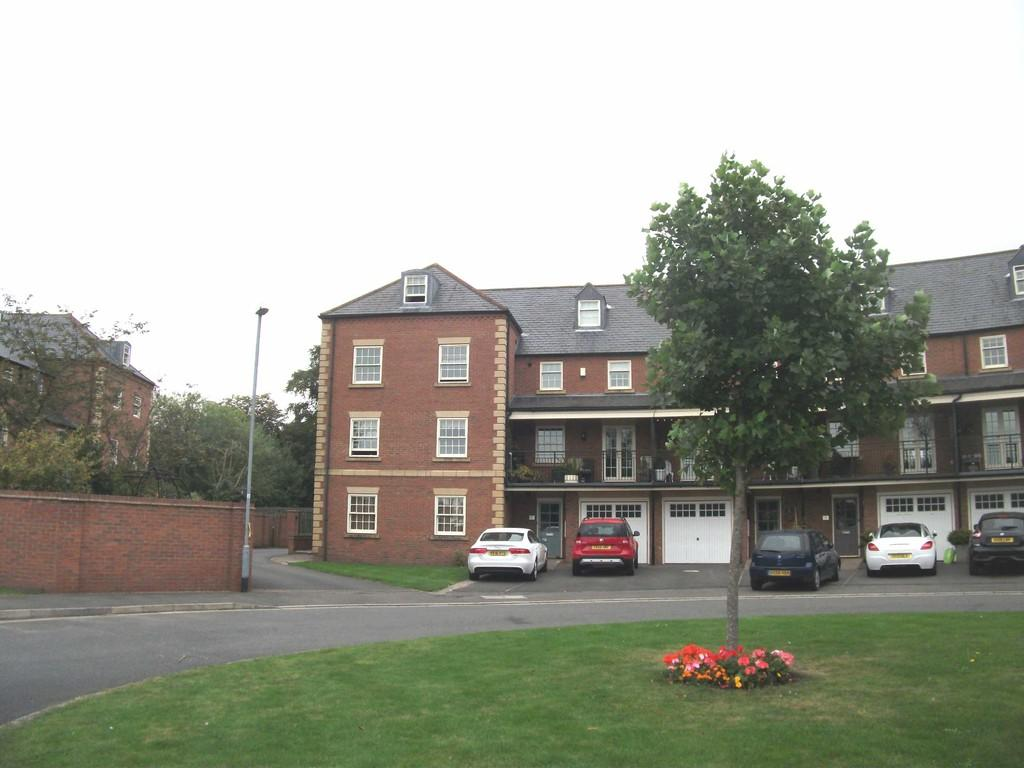 2 Bedrooms Flat for sale in Farndon Road,