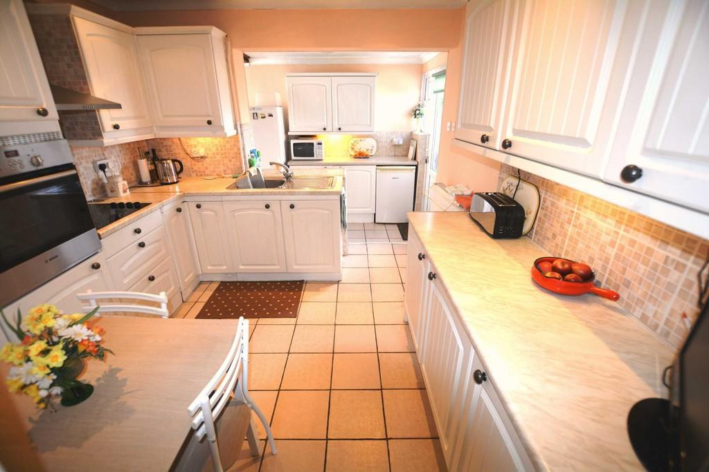 3 Bedrooms Detached Bungalow for sale in Elm Close, Long Bennington, Newark
