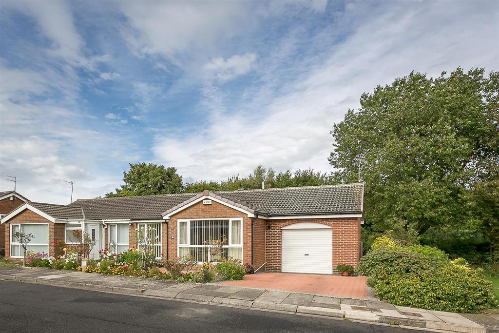 2 Bedrooms Semi Detached Bungalow for sale in Skelton Court, Kingston Park, Newcastle upon Tyne