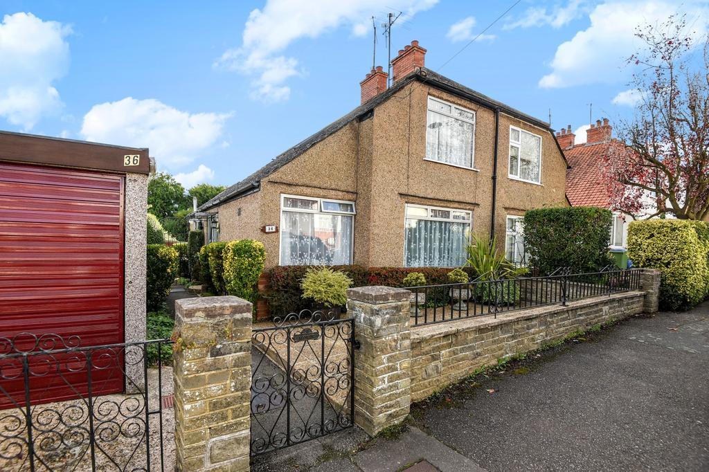 3 Bedrooms Semi Detached House for sale in Highlands Avenue, Horsham, RH13