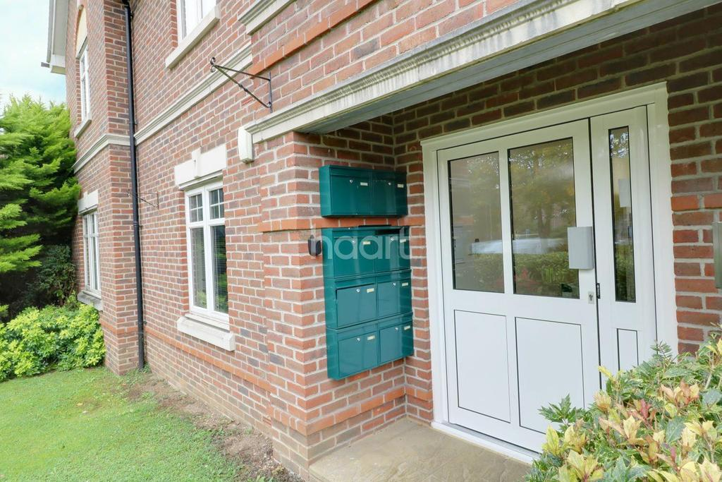 2 Bedrooms Flat for sale in Douglas Court, Fleet