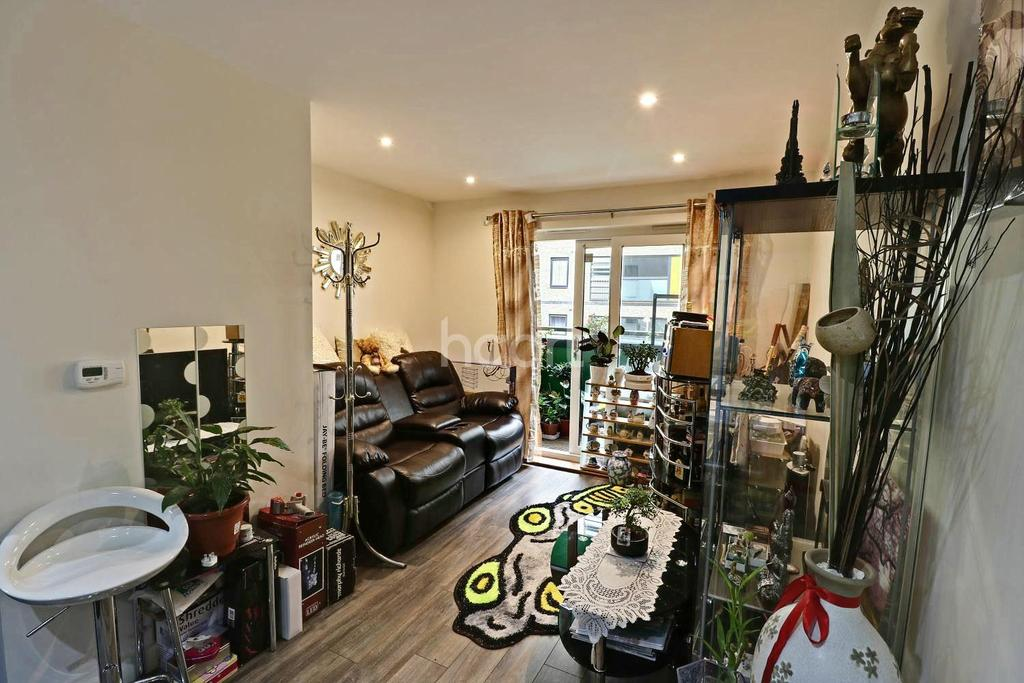 1 Bedroom Flat for sale in Chapel Court, Crown Drive, Romford