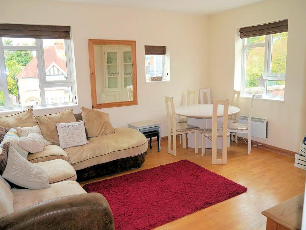 2 Bedrooms Flat for sale in Dedworth Road, Windsor SL4
