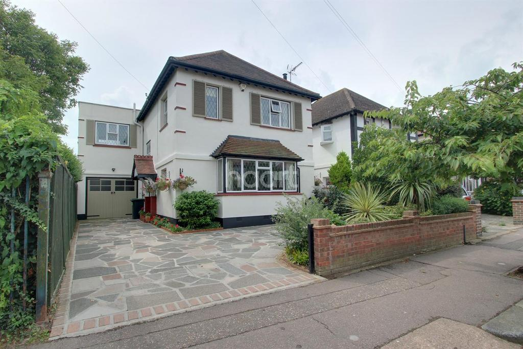 4 Bedrooms Detached House for sale in Earls Hall Avenue, Westcliff on Sea