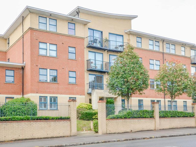 2 Bedrooms Flat for sale in North Point, N8
