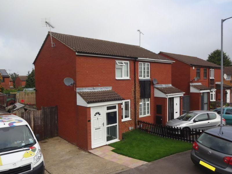 2 Bedrooms Semi Detached House for sale in Finch Close