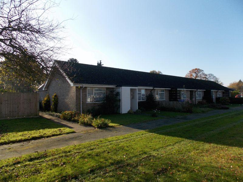 2 Bedrooms Bungalow for sale in Holme Close, Hopton