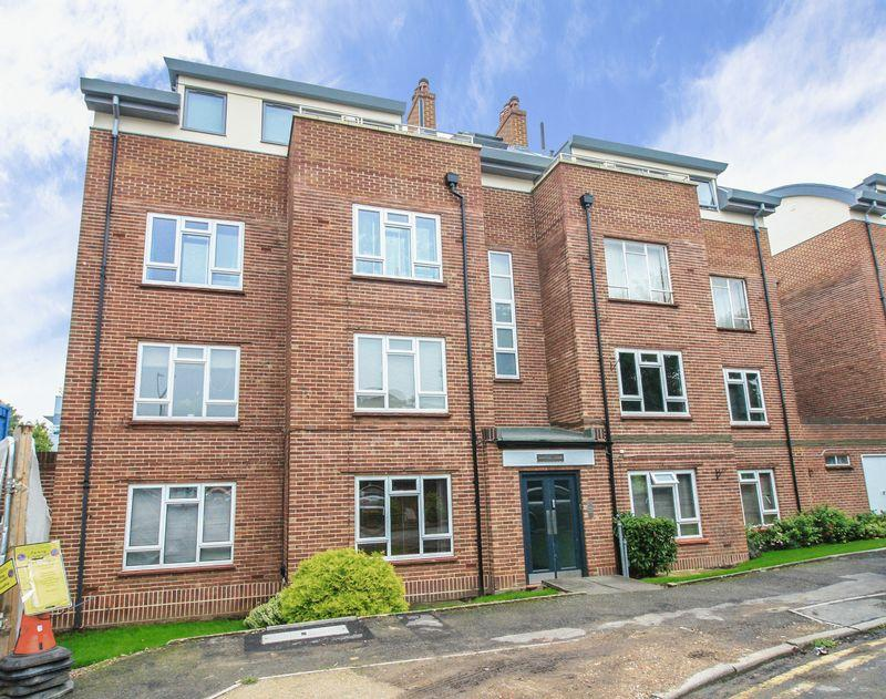 2 Bedrooms Apartment Flat for sale in Courtlands, Maidenhead