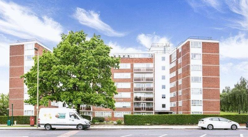 2 Bedrooms Apartment Flat for sale in Ground Floor purpose built apartment situated in this post war portered block on Regents Park Road overlooking...