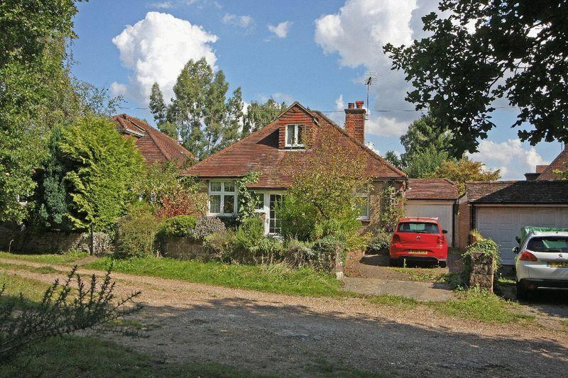 3 Bedrooms Detached House for sale in Chobham, Surrey