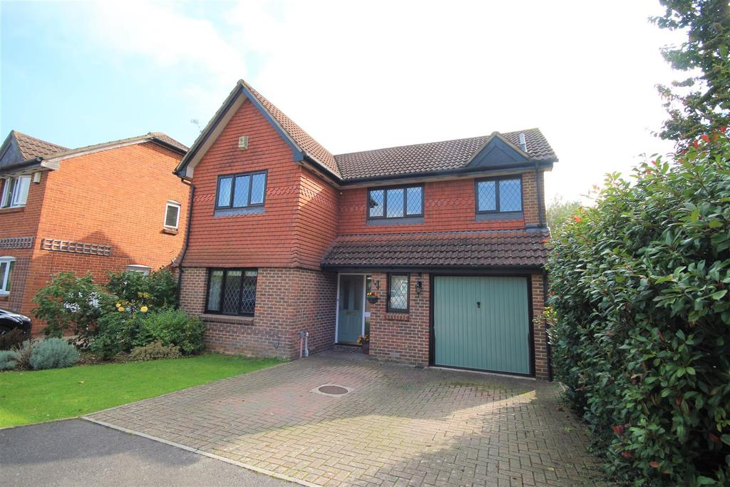 4 Bedrooms Detached House for sale in Cotterell Gardens, Twyford, Reading