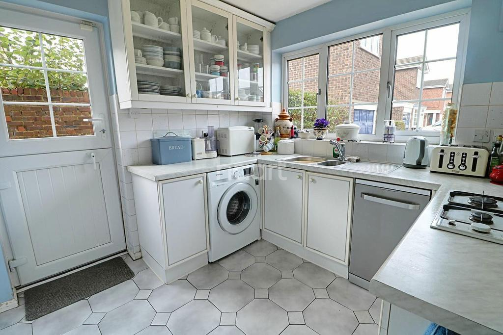 4 Bedrooms Detached House for sale in Marrowbrook Close, Farnborough