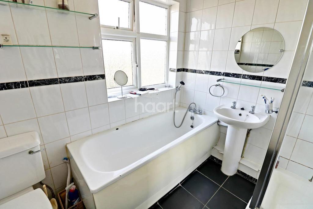 3 Bedrooms Terraced House for sale in Mapleleafe Gardens, Barkingside