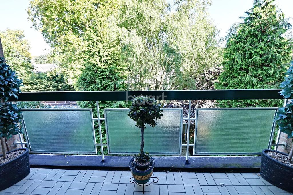 2 Bedrooms Flat for sale in The Bowls, Chigwell