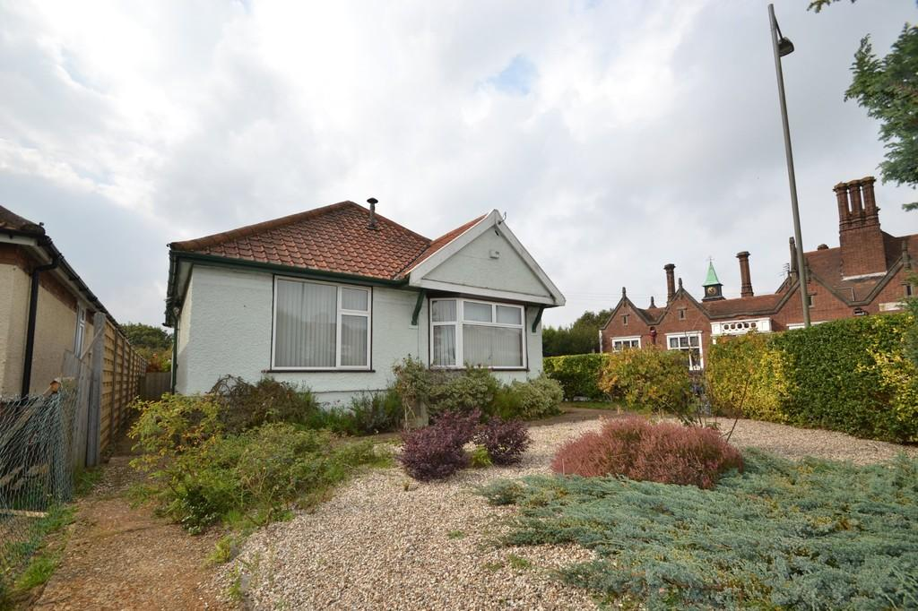 3 Bedrooms Detached Bungalow for sale in Nacton Road, Ipswich, IP3 9QB