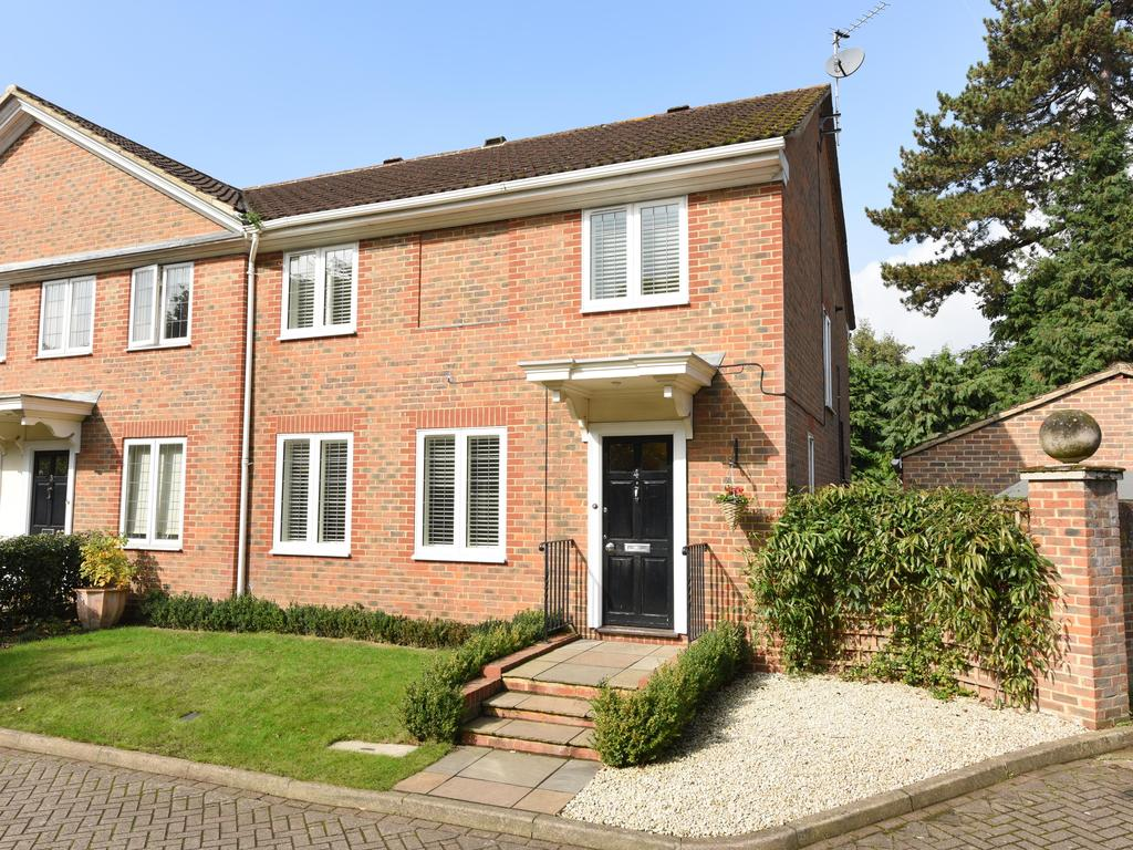 4 Bedrooms Semi Detached House for sale in Haddon Close, Weybridge KT13