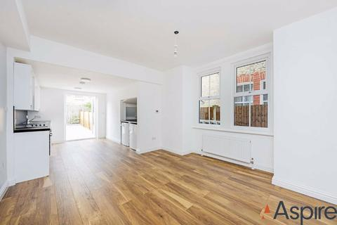 2 bedroom flat to rent - Coverton Road, London