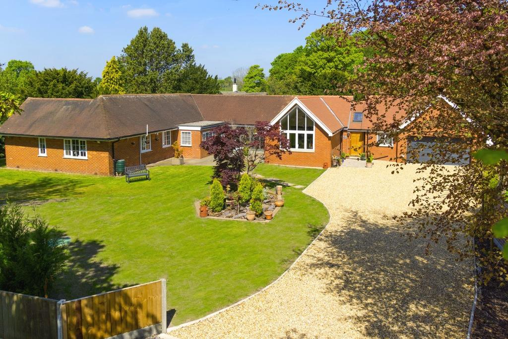 4 Bedrooms Detached Bungalow for sale in Holmes Chapel Road, Over Peover, Knutsford