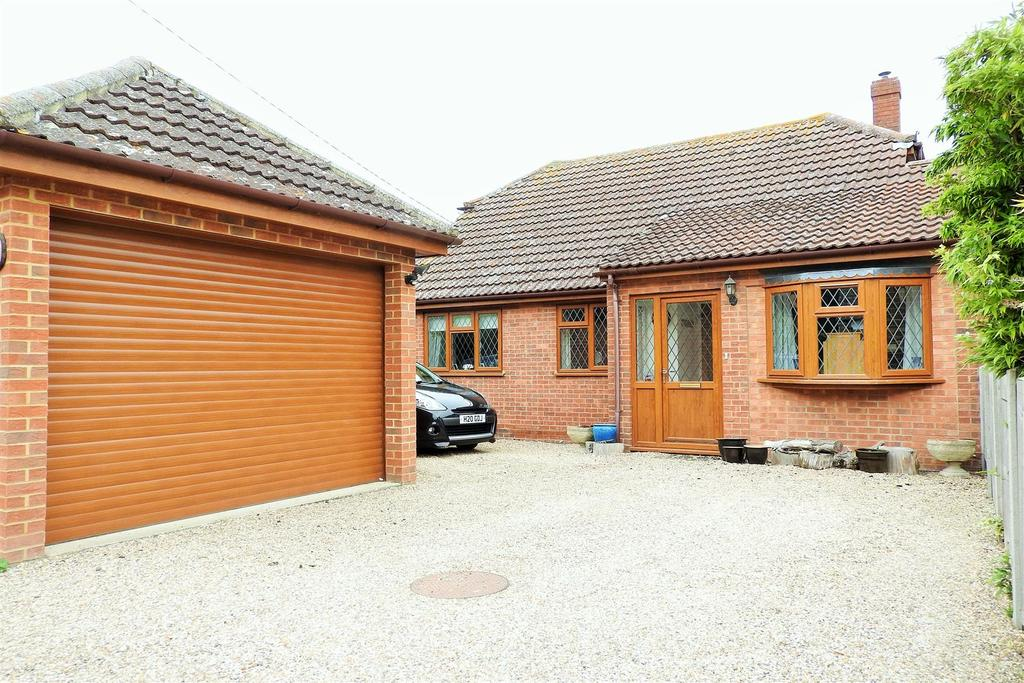 4 Bedrooms Detached Bungalow for sale in Peverel Avenue, Hatfield Peverel, Chelmsford
